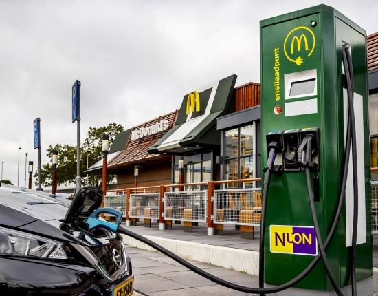 【McDonald's va a poner un punto de carga en cada McDrive】